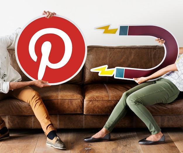 Personas que tienen un ícono de pinterest Foto gratis