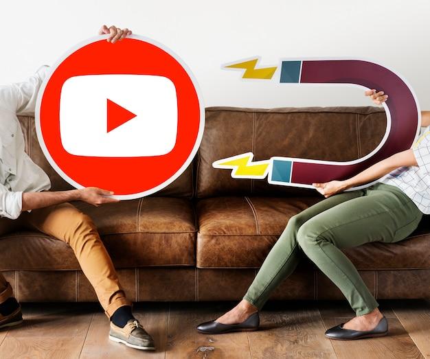 Personas que tienen un icono de youtube Foto gratis