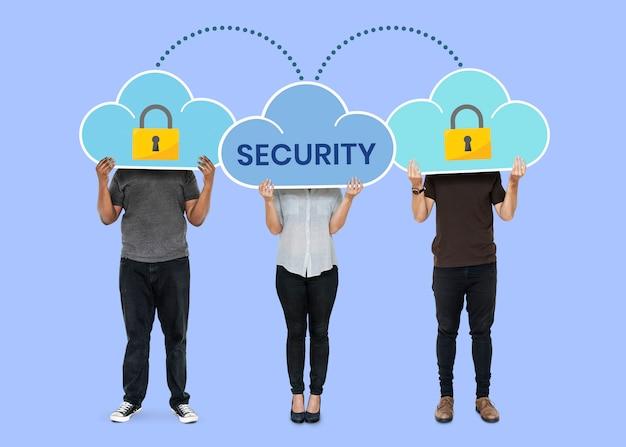 Personas con símbolos de seguridad de red en la nube. Foto gratis