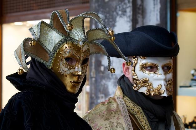 Personas en traje para el carnaval de venecia Foto Premium
