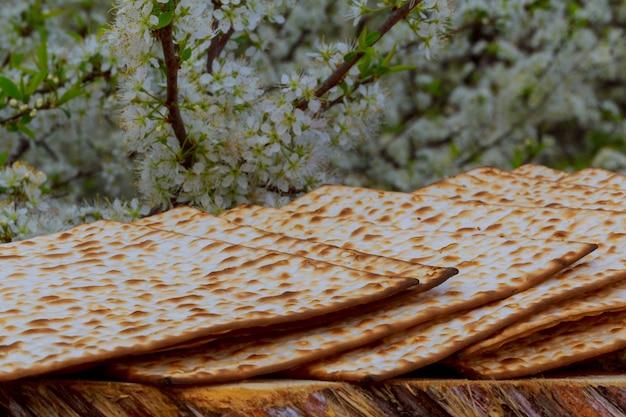 Pesaj bodegón con vino y matzá pan de pascua judía Foto Premium
