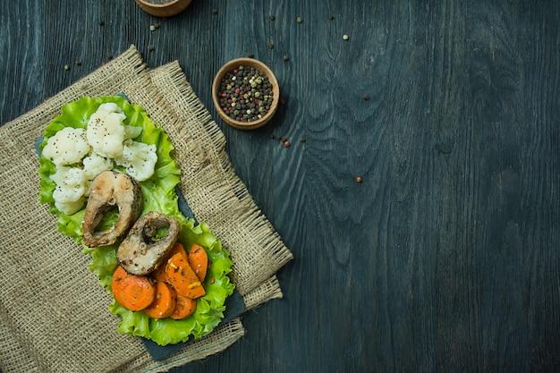 Pescado al horno con verduras. eclisa. nutrición apropiada. comida ecológica. Foto Premium