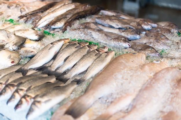 Pescado crudo en el mercado Foto gratis