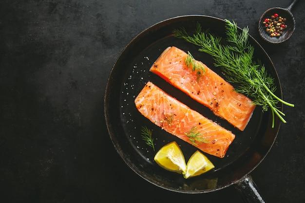 Pescado salmón crudo en sartén vintage Foto gratis