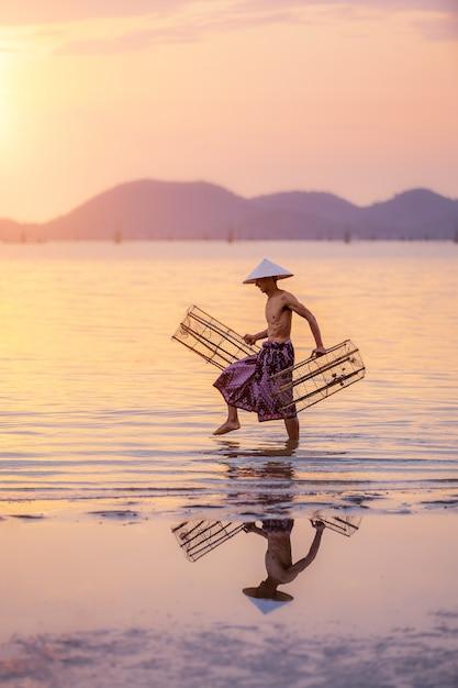 Los pescadores están investigando el equipo utilizado en el lago songkhla Foto Premium