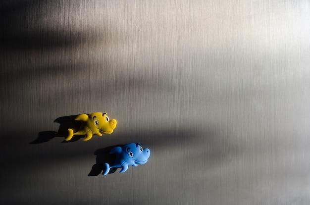Pescados del juguete en el refrigerador Foto Premium