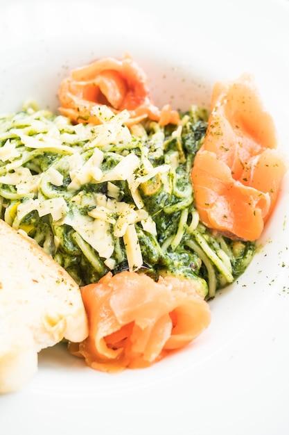 Pesto de espagueti Foto gratis