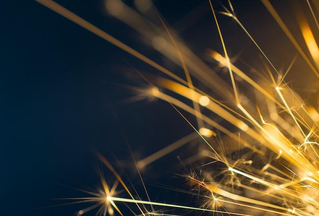 Petardo, fondo abstracto de fuegos artificiales sobre fondo negro. Foto Premium