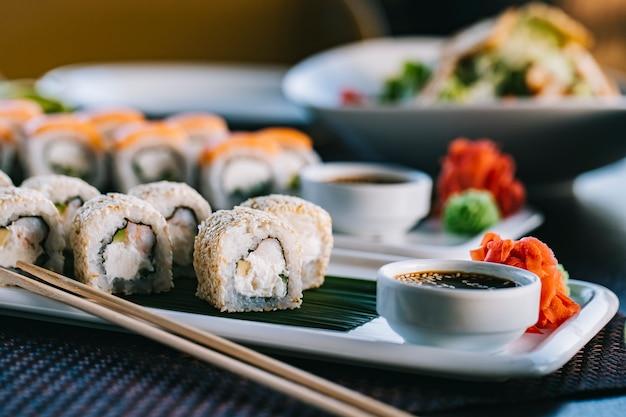 Philadelphia roll crema queso cangrejo pepino wasabi jengibre vista lateral Foto gratis
