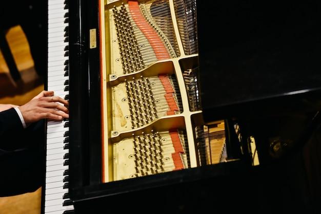 Pianista y piano desde arriba. Foto Premium