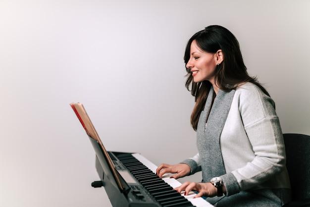 Pianista tocando en un sintetizador. Foto Premium