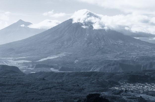 Pico nublado Foto gratis