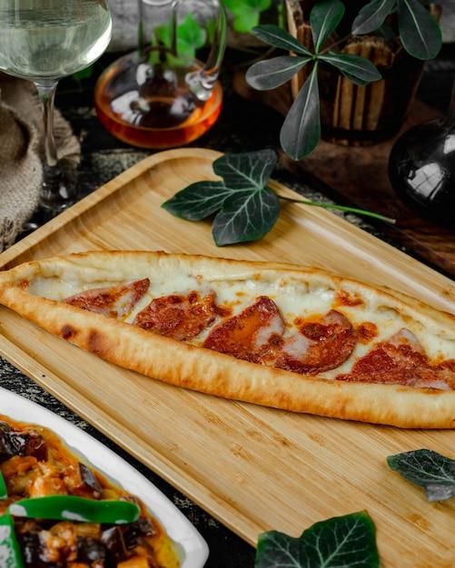 Pide con queso y chorizo Foto gratis