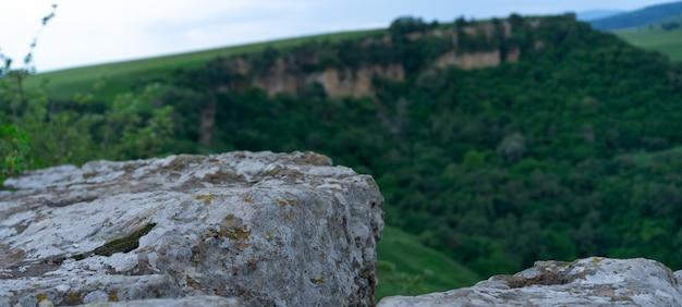 Piedra de la montaña en la roca Foto Premium