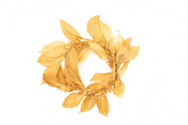 Piedras de oro y flores secas sobre un fondo blanco. fondo de spa y pan de oro. Foto Premium