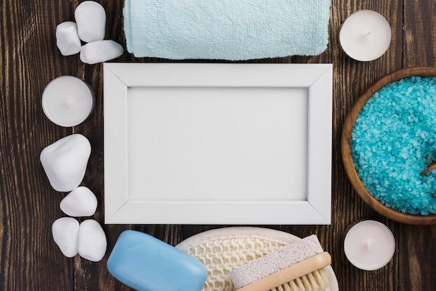 Piedras de spa con sal de terapia sobre la mesa Foto gratis