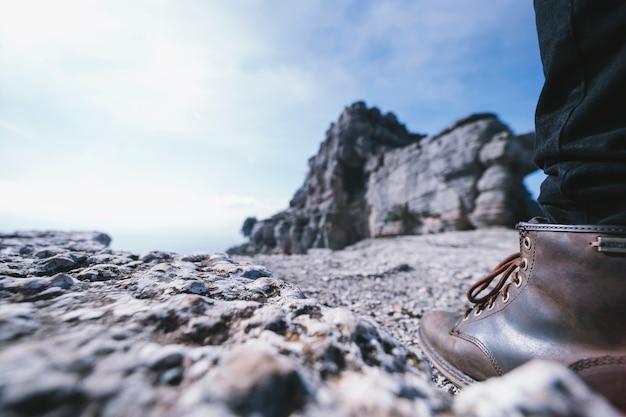 Pierna de cultivo en la roca Foto gratis