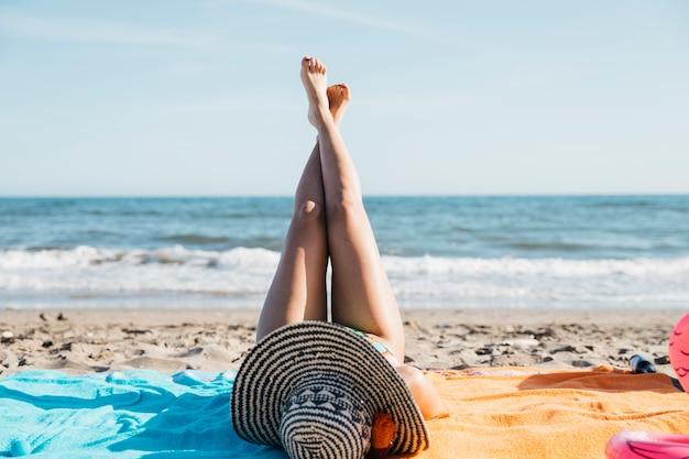Piernas de mujer en la playa Foto gratis