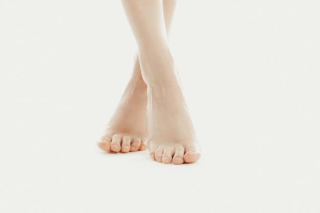 Pies descalzos de una modelo femenina Foto gratis