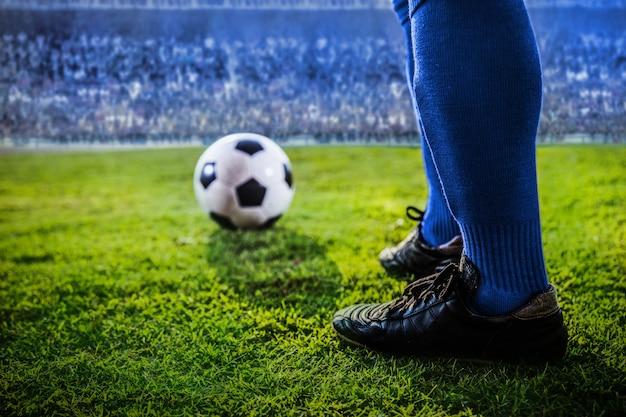 Pies del equipo de fútbol azul en el estadio Foto Premium