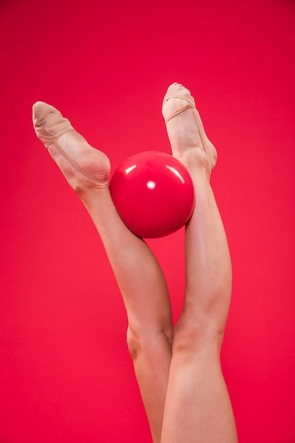 Pies de gimnasta rítmica con pelota Foto gratis