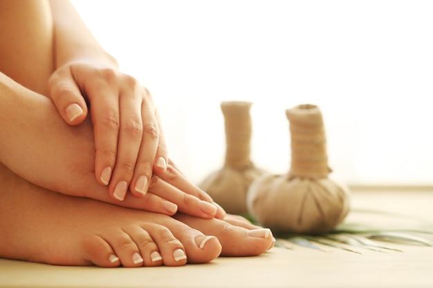 Pies y manos descalzos. concepto de pedicura y manicura. Foto gratis