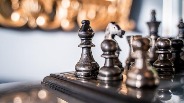 Piezas de ajedrez en tablero de jaque mate Foto Premium