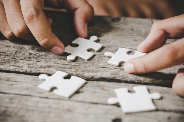 Piezas de rompecabezas blanco sobre madera Foto gratis