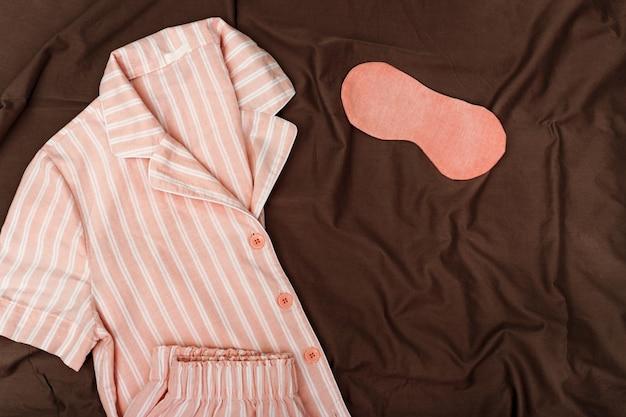 Pijama rosa para niñas, antifaz para dormir en tela de algodón de color oscuro. Foto Premium