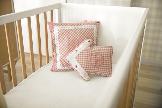Pila de almohadas divertidas decorativas coloridas aisladas Foto Premium