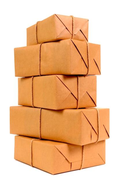 Pila alta de paquetes de papel marrón Foto gratis
