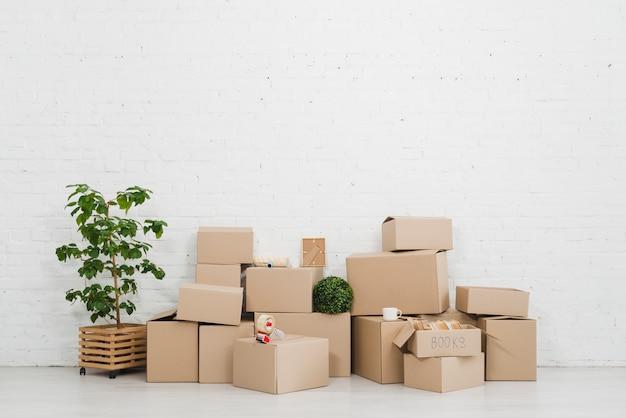Pila de cajas de cartón en el piso en el apartamento vacío Foto Premium