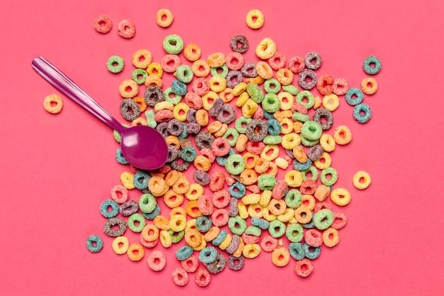 Pila de cereal nutritivo desayuno con cuchara Foto gratis