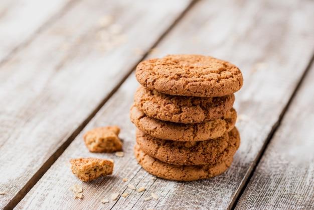 Pila de galletas británicas sobre fondo de madera Foto gratis