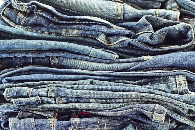 fcedabd46 Pila de jeans aislados en blanco | Descargar Fotos premium