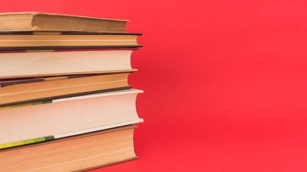 Pila de libros antiguos de tapa dura Foto gratis
