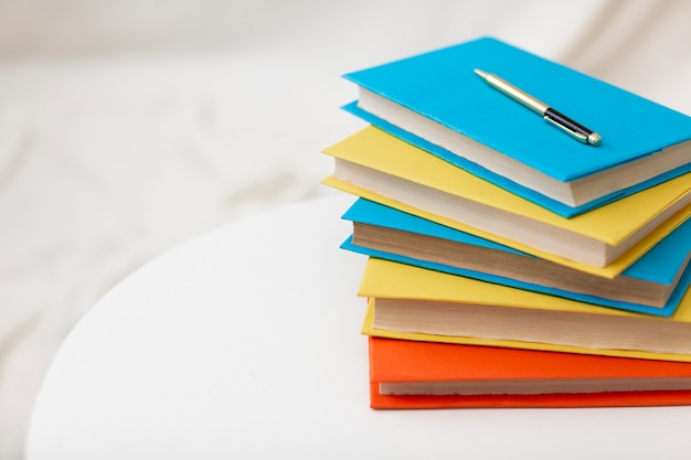 Pila de libros con espacio de copia Foto gratis