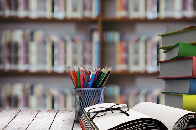 Pila de libros con gafas en escritorio de madera Foto gratis