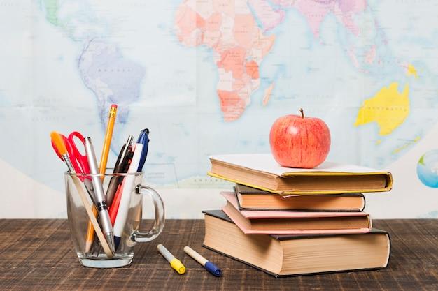 Pila de libros y útiles escolares Foto gratis