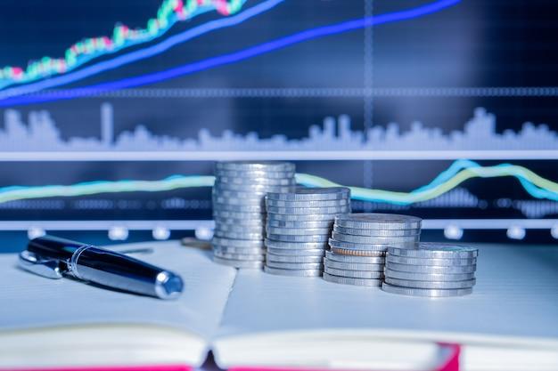 Pila de moneda de dinero con gráfico comercial. Foto gratis