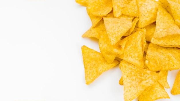 Pila de nachos sobre fondo blanco Foto gratis