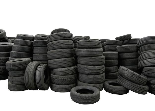 Pila de neumáticos aislado sobre fondo blanco, producto de neumáticos de automóvil nuevo en la fábrica de fabricación Foto Premium