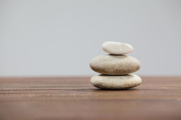 Pila de piedras de cantos rodados Foto gratis