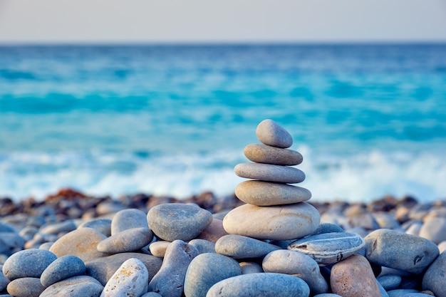 Pila de piedras equilibradas zen en la playa Foto Premium