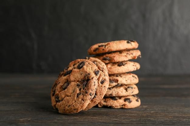 Pila de sabrosas galletas de chispas de chocolate en la mesa de madera. Foto Premium