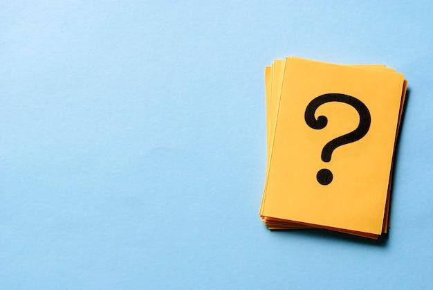 Pila de signos de interrogación en tarjetas amarillas Foto Premium