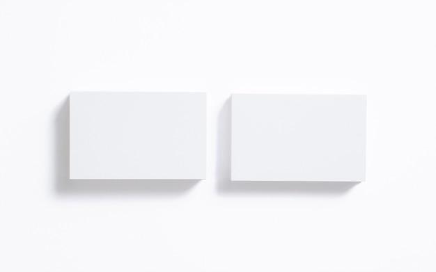 Pila de tarjetas en blanco aislado en blanco. plantilla clara para mostrar su presentación. Foto gratis