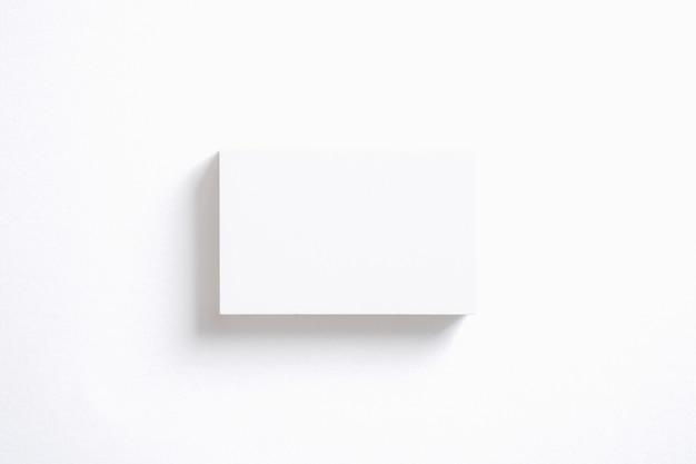 Pila de tarjetas en blanco aislado en blanco. plantilla para exhibir su presentación. Foto gratis