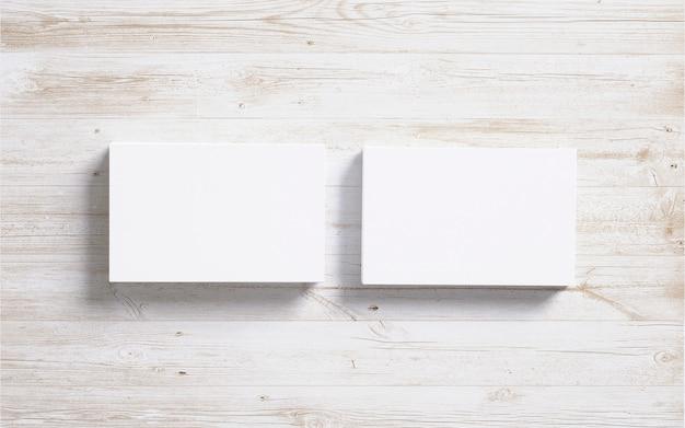 Pila de tarjetas en blanco sobre fondo de madera Foto gratis