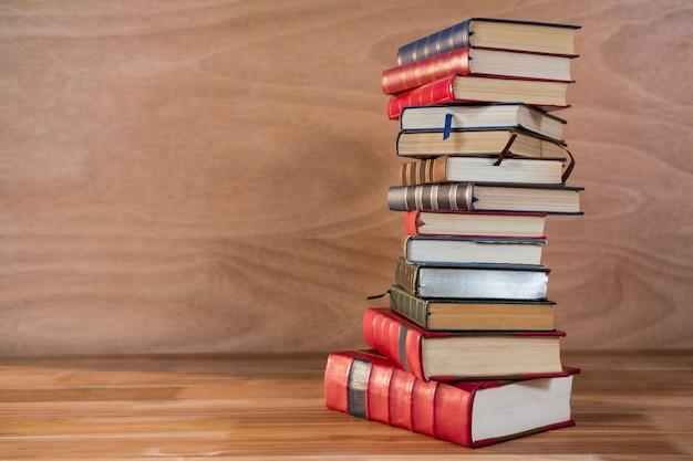 Pila de varios libros sobre una mesa Foto gratis
